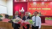Ông Nguyễn Văn Cao (áo trắng) tặng hoa chúc mừng ông Phan Ngọc Thọ được HĐND tỉnh Thừa Thiên - Huế bầu giữ chức Chủ tịch UBND tỉnh Thừa Thiên - Huế vào tháng 6-2018