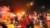 Người hâm mộ tại TPHCM xuống đường mừng chiến thắng của đội tuyển Việt Nam. Ảnh: NGUYỄN NHÂN