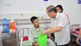 Chủ tịch UBND tỉnh Thừa Thiên – Huế đến từng giường bệnh tặng quà quốc tế thiếu nhi