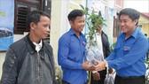 Anh Trần Gia Công trao tặng cây giống cho thanh niên huyện miền núi A Lưới.