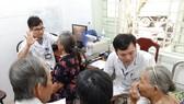 Thăm khám cho các bệnh nhân sau khi được phẫu thuật điều trị bệnh đục thủy tinh thể 