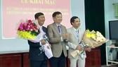 Ông Nguyễn Dung, Phó Chủ tịch UBND tỉnh Thừa Thiên - Huế tặng hoa chúc mừng 2 ứng viên 