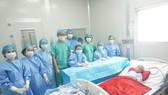 Các bác sĩ nỗ lực điều trị cho bệnh nhi