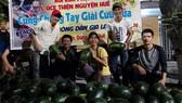 """Nhóm Bùi Kim Phụng và ACE thiện nguyện Huế """"giải cứu"""" dưa hấu giúp bà con nông dân ở Gia Lai"""