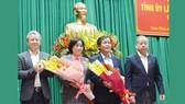 Thường trực Tỉnh ủy tỉnh Thừa Thiên - Huế tặng hoa chúc mừng đồng chí Nguyễn Văn Phương và đồng chí Phạm Thị Minh Huệ.