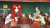 Nguyễn Thanh H (bìa trái) khai báo hành vi vi phạm pháp luật 