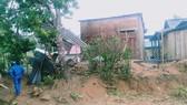 Lốc xoáy làm sập và tốc mái ít nhất 17 ngôi nhà ở A Lưới