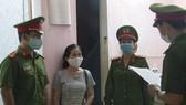 Công an đọc lệnh bắt tạm giam đối tượng Trần Thị Minh Thúy 
