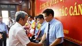 Trao hoa chúc mừng các thành viên mới tham gia Ban Chấp hành Đảng bộ tỉnh Thừa Thiên Huế nhiệm kỳ 2015 – 2020