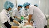 Các y bác sĩ Bệnh viện Trung ương Huế nỗ lực cứu chữa bệnh nhân 