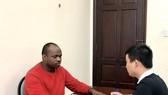 Đối tượng Chukwugekwe Godwin Ajearo đang khai báo hành vi phạm tội