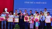 Phóng viên Báo SGGP (thứ 2 từ trái sang phải) nhận Bằng khen của Chủ tịch UBND tỉnh Thừa Thiên - Huế 