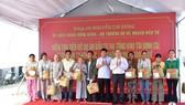 Bộ Trưởng Bộ KH-ĐT tặng quà 110 hộ dân nhường nhà cửa cho Kinh thành Huế