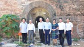 Phó Chủ tịch Quốc hội Phùng Quốc Hiển thị sát kiến trúc cửa vòm ở Đông Thành Thủy Quan vừa phát lộ tại khu vực Thượng Thành- khu vực 1 di tích Kinh thành Huế