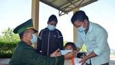 Bộ đội Biên phòng Thừa Thiên - Huế tặng và hướng dẫn người dân đeo khẩu trang phòng chống dịch Covid-19 