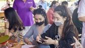 Người dân kê khai y tế khi đến Huế