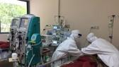 Các bác sĩ đang điều trị cho bệnh nhân mắc Covid-19 có bệnh lý nền nặng
