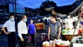 Chủ tịch UBND tỉnh Thừa Thiên - Huế trò chuyện và căn dặn tiểu thương chợ Đông Ba thực hiện nghiêm các biện pháp phòng tránh dịch Covid-19 