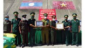Trao quà hỗ trợ lực lượng vũ trang và nhân dân nước bạn Lào