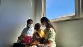 Bé Q. được xuất viện trong niềm vui hạnh phúc của người thân và các y bác sĩ Bệnh viện Trung ương Huế