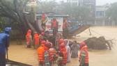 Công an cứu hộ 3 người trên thuyền rồng bị cây gãy đè ở Huế