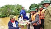 Ông Phan Ngọc Thọ trao mì tôm cứu trợ người dân vùng lũ sông Bồ