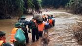 Các lực lượng tìm kiếm cứu nạn vượt qua suối Ốc để tiếp cận ca nô theo sông Bồ từ thủy điện Rào Trăng 3 về đồng bằng.