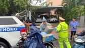 Phát cơm, nước và sữa miễn phí cho những người mắc kẹt trên quốc lộ 1 vì bão số 9
