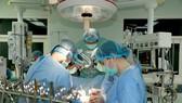 Phẫu thuật ghép tim từ người chết não hiến tặng vào lồng ngực bệnh nhân H.