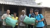 Nguyễn Văn Nhã (thứ 2 từ phải qua trái) trong một lần tham gia đoàn cứu trợ người nghèo vùng cao