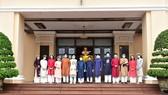 Ông Phan Ngọc Thọ chụp ảnh với đoàn học sinh đầu tiên tham quan trụ sở UBND tỉnh Thừa Thiên - Huế