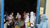 Ngành chức năng tỉnh Quảng Trị tổ chức cách ly tập trung các công dân Thừa Thiên - Huế từ TP HCM về ga Đông Hà trong đêm 7-7. 