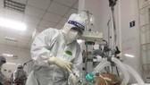Bác sĩ Bệnh viện Trung ương Huế điều trị cho một bệnh nhân mắc Covid-19 nặng tại Bắc Giang