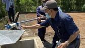 Trung tâm Kiểm soát bệnh tật tỉnh Thừa Thiên – Huế lấy mẫu nước tại bể chứa nước sạch nhà máy Chân Mây