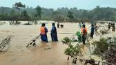 Dùng dây dù vượt lũ sông A Sáp cứu hộ 5 người dân bị cô lập  