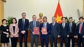 Lễ trao đổi công hàm Hiệp định thương mại tự do giữa Việt Nam và Vương quốc Anh diễn ra ngày 26-3, tại trụ sở Bộ Ngoại giao Việt Nam. Ảnh: Bộ Ngoại giao
