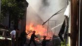 VIDEO: Cháy vựa phế liệu ở Bình Dương, hàng trăm học sinh tháo chạy  