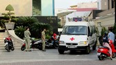 Xe cứu thương chở nạn nhân về nhà xác phục vụ khám nghiệm