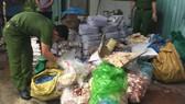 """Lực lượng chức năng kiểm tra số hàng hóa thực phẩm """"bẩn"""" tại cơ sở đông lạnh"""