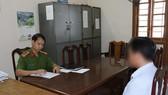 Đối tượng H. gửi đơn xin lỗi tại Cơ quan Cảnh sát điều tra PC45 Công an tỉnh Hà Tĩnh. (Ảnh Công an tỉnh Hà Tĩnh)