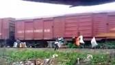 Một số người dân treo rác thải lên thành toa tàu hỏa