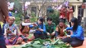 Cùng đồng bào dân tộc Chứt ở bản Rào Tre, xã Hương Liên, huyện Hương Khê, tỉnh Hà Tĩnh gói bánh chưng ngày Tết Chăm Cha Bới