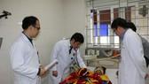 Các bác sĩ kiểm tra tình trạng sức khỏe của bệnh nhân Nguyễn Tiến T. tại bệnh viện