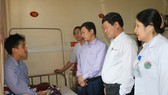 Lãnh đạo Sở Y tế tỉnh Hà Tĩnh đến động viên, thăm hỏi bác sĩ Nguyễn Đình Phi đang điều trị tại bệnh viện