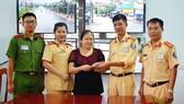 Tổ công tác CSGT trao trả lại số tiền đánh rơi cho chị Hoàng Thị Bích Thủy 