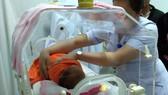 Bé gái sơ sinh bị bỏ rơi được chuyển về Làng trẻ mồ côi Hà Tĩnh để chăm sóc, nuôi dưỡng