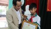 Trao bằng khen cho em Nguyễn Văn Chương
