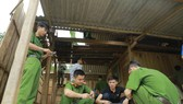 Lực lượng Công an huyện Hương Sơn giúp người dân ở xã Sơn Lâm khắc phục hậu quả lốc xoáy