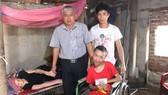 Ông Võ Quốc Hùng, Bí thư Đảng ủy xã Tùng Lộc, huyện Can Lộc, tỉnh Hà Tĩnh trao 17 triệu đồng của bạn đọc Báo SGGP cho gia đình bà Nguyễn Thị Út