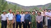 Phó Thủ tướng Vương Đình Huệ thị sát kiểm tra tình hình chữa cháy rừng tại huyện Đức Thọ